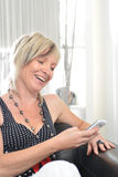 Conversazione felice del telefono della donna Fronte con il sorriso a trentadue denti Immagine Stock Libera da Diritti