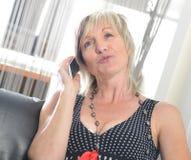 Conversazione felice del telefono della donna Fronte con il sorriso a trentadue denti Fotografie Stock Libere da Diritti