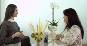 Conversazione felice fra assistenza ed il cliente alla reception Epica rossa video d archivio