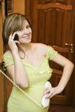 Conversazione incinta del telefono Immagine Stock Libera da Diritti