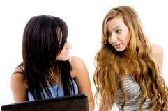 Conversazione occupata degli allievi femminili Immagine Stock