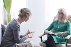 Conversazione paziente femminile con il terapista fotografia stock libera da diritti