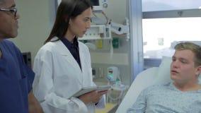 Conversazione paziente maschio con personale medico nel pronto soccorso archivi video