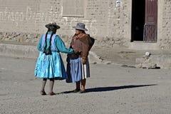 Conversazione sociale delle donne indiane senior, Bolivia Fotografia Stock