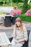 Conversazione telefonica Bella giovane ragazza studient felice con lo Smart Phone bianco all'aperto in vacanza che manda un sms e Immagini Stock Libere da Diritti
