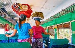 Conversazione in treno, Rangoon, Myanmar Fotografie Stock Libere da Diritti