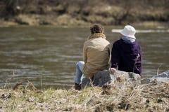 Conversazioni della riva del fiume Immagine Stock Libera da Diritti