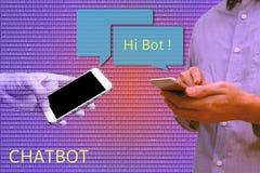 Converse o bot e o conceito do mercado do futuro, homem que guarda o telefone esperto c Foto de Stock