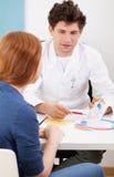 Converstion fra medico ed il paziente Immagini Stock