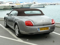Convertibel die Bentley in Puerto Banus, Spanje wordt geparkeerd Stock Afbeeldingen