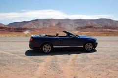 Convertibele sportwagen in de woestijn van Arizona Royalty-vrije Stock Foto