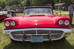 Convertibile Front View di hard top di Ford Thunderbird di 1960 rossi Immagine Stock