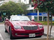 Convertibile rosso di tiro incrociato di Chrysler della facciata frontale a Lima Immagini Stock