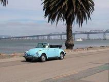 Convertible azul de VW por la bahía Imágenes de archivo libres de regalías