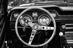 Convertible de Ford Mustang del taxi (blanco y negro) Fotos de archivo