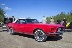 Convertible de Ford Mustang los 1967 años modelo en el desfile de los vehículos del vintage en Kerimyaki finlandia Imagen de archivo