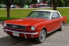 convertible de mustang de 1966 rouges Photo libre de droits
