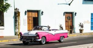Convertible de rose et blanc sur une route en Havana Cuba photo stock