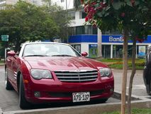 Convertible rouge de courant perturbateur de Chrysler garé à Lima Images libres de droits