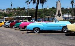 Convertibles restaurados coloridos en La Habana Fotos de archivo
