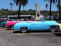 Convertibles restaurados coloridos en La Habana Imágenes de archivo libres de regalías