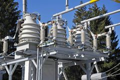 Convertidor de alto voltaje en una central eléctrica fotos de archivo