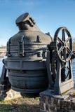 Convertidor de Bessemer anticuado viejo usado en una acería vieja imagenes de archivo