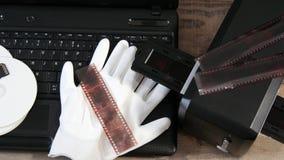 Convertir la vieja negativa de película a digital de 35m m con el ordenador portátil almacen de video