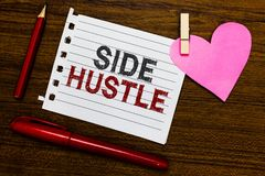 Convicção do lado do texto da escrita da palavra O conceito do negócio para a maneira faz algum dinheiro extra que lhe permite a  foto de stock