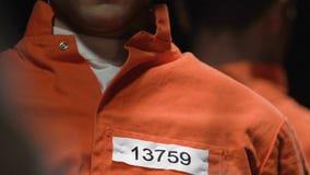 Convicted hörend auf den Rechtsanwalt, der über Gefängnisfreigabezustände, Amnestie spricht stock footage