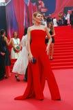 Convidado no vestido vermelho no festival de cinema de Moscou Fotos de Stock