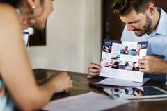 Convidado que registra uma excursão em um hotel imagem de stock royalty free