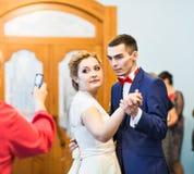Convidado que toma a foto do banquete de casamento Fotografia de Stock Royalty Free