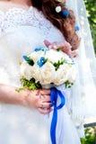 Convidados que jogam confetes sobre noivos At Wedding fotografia de stock
