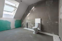 Convierta un ático a un cuarto de baño fotos de archivo libres de regalías