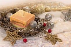 Convite do ano novo Natal vela grande nas bolas da prata e do ouro da decoração e estrelas em um fundo do ouro Projeto do ` s do  imagem de stock
