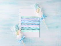 Convite do cartão de aniversário da criança do bebê no fundo pastel Imagem de Stock