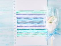 Convite do cartão de aniversário da criança do bebê no fundo pastel Imagem de Stock Royalty Free