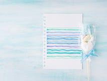 Convite do cartão de aniversário da criança do bebê no fundo pastel Foto de Stock Royalty Free