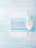 Convite do cartão de aniversário da criança do bebê no fundo pastel Imagens de Stock Royalty Free