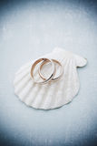 Convite do casamento com anéis e concha do mar Imagem de Stock Royalty Free