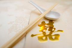 Convite do casamento com colher e Chopstick Imagem de Stock Royalty Free
