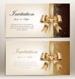 Convite do casamento com fita e curva douradas Fotografia de Stock Royalty Free