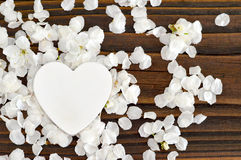 Convite do casamento com flores da mola e coração decorativo Fotos de Stock