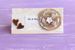 Convite do casamento do vintage no fundo de madeira lilás Ofícios elegantes do cartão Fotos de Stock Royalty Free