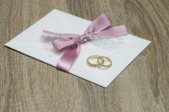 Convite e anéis do casamento imagens de stock royalty free
