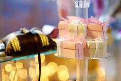 Convites elegantes do casamento em umas caixas bonitos Fotografia de Stock Royalty Free