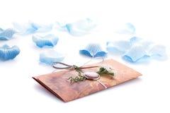Convites feitos a mão do casamento feitos do papel Imagem de Stock Royalty Free