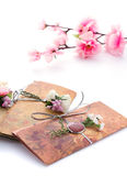 Convites feitos a mão do casamento feitos do papel Fotos de Stock Royalty Free