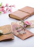 Convites feitos a mão do casamento feitos do papel Imagens de Stock